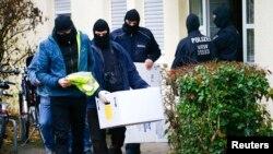 Сотрудники германской полиции покидают жилой дом после проведенного там обыска. Бонн, 15 ноября 2016 года.