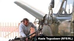 Қазбек Сепсуев Қызылағаштағы апат кезінде 180 адамды құтқарған көлігін жөндеп жатыр. Алматы облысы, 9 наурыз 2011 жыл.