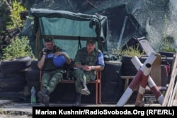 Бойовики російських гібридних сил поблизу селища Станиця Луганська, 9 серпня 2019 року
