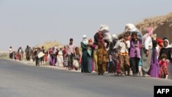Iraq -- Displaced Iraqi families from the Yazidi community cross the Iraqi-Syrian border at the Fishkhabur crossing, in northern Iraq, on August 13, 2014.