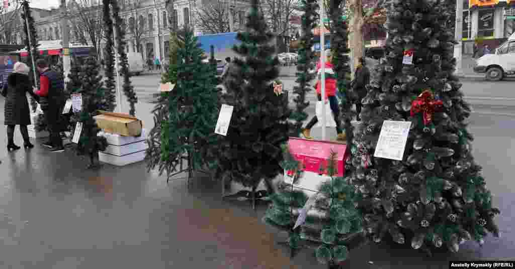 Искусственные ели на новогодней ярмарке перед музыкальным театром на проспекте Кирова. На большинстве из них указано, что произведены они в Украине
