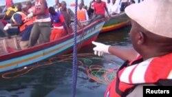 Спасатели на месте крушения парома на озере Виктория в Танзании. 21 сентября 2018 года.