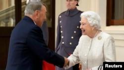 Ұлыбритания ханшайымы екінші Елизавета Қазақстан президенті Нұрсұлтан Назарбаевты қарсы алып тұр. Лондон, 4 қараша 2015 жыл.