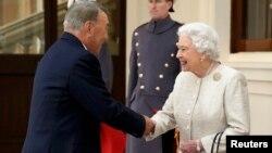 Президент Казахстана Нурсултан Назарбаев приветствует королеву Великобритании Елизавету II, Лондон, 4 ноября 2015 года.