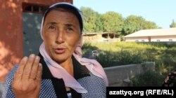 33 жыл мұғалім болып жұмыс істеген зейнеткер Замира Рахимова ауылда мектеп пен бірге балабақша жоқ екенін айтып тұр.