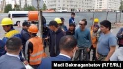 Работающие на строительстве инфраструктуры для легкорельсвого транспорта (LRT) заявляют, что не намерены возобновлять работу до тех пор, пока им не выплатят долги по зарплате. Астана, 20 июня 2018 года.