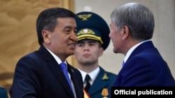 Сооронбай Жээнбеков (слева) на церемонии инаугурации принимает поздравления от бывшего президента Кыргызстана Алмазбека Атамбаева. Бишкек, 24 ноября 2017 года.