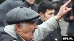 Қоғамдық белсенді Дәурен Сатыбалдин Алматыдағы митингте сөйлеп тұр. 11 сәуір 2010 жыл.