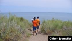 Дети идут на пляж озера Балхаш. Иллюстративное фото.