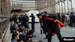 "Арестованные участники протеста ""Захвати Уолл-стрит"" на Бруклинском мосту"