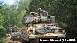 Солдати 3-ї піхотної дивізії армії США в бойовій машині «Бредлі» відвідують військові навчання Defender Europe 20 Plus на полігоні у північно-західній Польщі, 02 червня 2020 року.