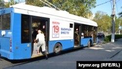 Реклама выборов в Госдуму на севастопольском троллейбусе
