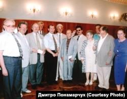 Вацлав Гавел (четвертий зліва на передньому плані) разом із колишніми українськими дисидентами та іншими українськими діячами. 1997 рік