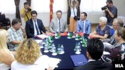 Архивска фотографија - Седница на ад хок Комисијата за расчистување на настаните од 24 декември. На седницата покрај членовите присуствуваа и премиерот Никола Груевски и лидерот на СДСМ, Зоран Заев.