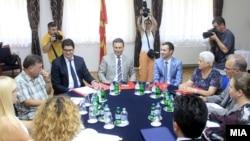 Седница на ад хок Комисијата за расчистување на настаните од 24 декември. На седницата покрај членовите присуствуваа и премиерот Никола Груевски и лидерот на СДСМ, Зоран Заев.