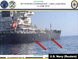 Një foto e publikuar nga SHBA-ja ku tregohet dëmi i shkaktuar nga një eksplozivë, me gjasë minë në cisternën e naftës.