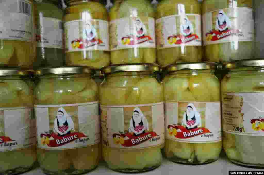 """Specat turshi, ndër produktet që përgatisin gratë e Kooperativës Bujqësore """"Krusha""""."""