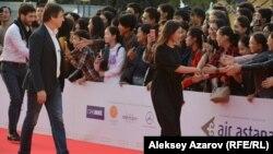 По красной дорожке Almaty Film Fest проходят актриса Самал Еслямова, получившая приз за лучшую женскую роль в Каннах, за ней следом – режиссер фильма «Айка» Серей Дворцевой. Алматы, 15 сентября 2018 года.