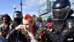 Сотрудники спецподразделения задерживают человека на месте несогласованного митинга в Москве. 3 августа 2019 года.