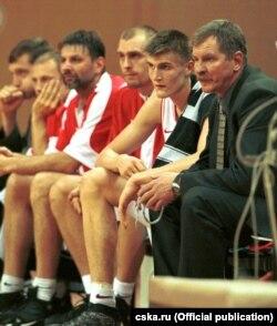 Іван Ядэшка (справа) з маладымі баскетбалістамі ЦСКА