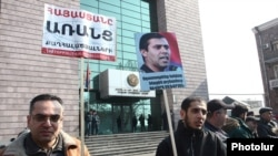 Armenia - Supporters of arrested opposition activist Gevorg Safarian protest outside a court building in Yerevan, 15Feb2016.