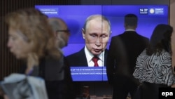 Президент Росії Володимир Путін на великому екрані під час виступу на Петербурзькому економічному форумі, 2 червня 2017 року