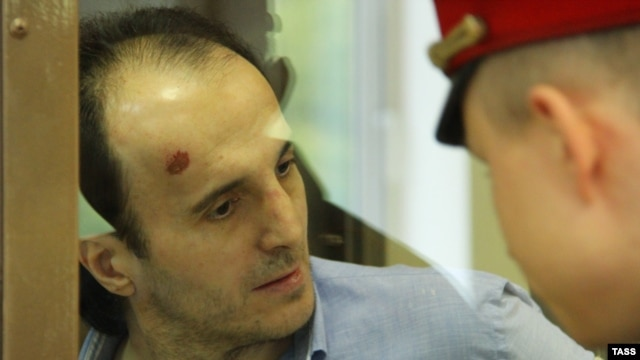 Yusup Temirkhanov (left), who is accused of killing Colonel Yury Budanov, during a Moscow court appearance in August