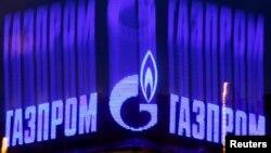 Qazprom-un loqosu Sankt-Peterburqda binanın damında reklam olunur. 14 noyabr 2013