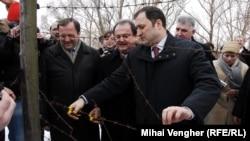 Pe 10 februarie 2010 a început demontarea sârmei ghimpate de la Prut. Premierul moldovean Vlad Filat şi ministrul român de Interne Vasile Blaga au tăiat o bucază de sârmă pe 16 februarie, la Lipcani