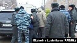 Киров: задержание участников акции протеста против строительства в городском парке (11 февраля 2014 года)
