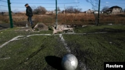 Воронка після обстрілу на шкільному футбольному полі у Донецьку, 6 листопада 2014 року