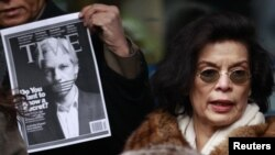 """Читатели журнала """"Тайм"""" уже назвали Эссанжа человеком года, а правозащитники требуют его освободить. На фотографии - Бьянка Джаггер"""