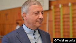 Глава Северной Осетии Вячеслав Битаров в традиционной рубашке хадон, 10 сентября 2017 года