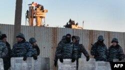 Полицейский кордон перед зданием копейской колонии. Ноябрь 2012
