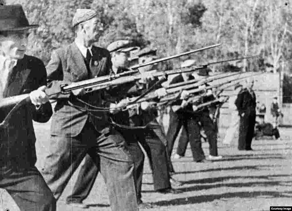 Мужчины на занятиях по военной подготовке. Алматы, 1941 год.
