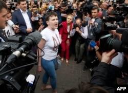 Надія Савченко спілкується з журналістами в аеропорту «Бориспіль»