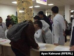 Люди ищут родственников по спискам в городской клинической больнице № 4. Алматы, 27 декабря 2019 года.