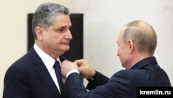 Russia -- President Vladimir Putin awards former Armenian Prime Minister Tigran Sarkisian the Order of Friendship during a Eurasian Union summit in Saint-Petersburg, December 20, 2019.