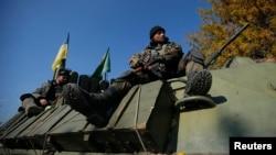 Українські військовослужбовці сидять на бронетранспортері недалеко від Дебальцевого, 6 жовтня 2014 року