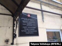 Вход в одно из замерзающих студенческих общежитий Петербурга