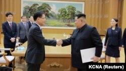 در این تصویر که خبرگزاری دولتی کره جنوبی در اختیار رسانهها گذاشته: مشاور امنیت ملی رئیسجمهوری کره جنوبی و رهبر کره شمالی (راست)