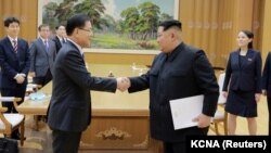 Түндүк Кореянын лидери менен Түштүк Кореядапн келген делегациянын жолугушуу учуру.