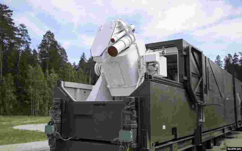 РУСИЈА - Руското Министерство за одбрана објави дека има ново ласерско оружје, последно во серијата напредни офанзивни системи. На видеото објавено од ова Министерство е прикажано како новиот Пересвет систем излегува од еден хангар. За време на неговиот говор за состојбата на нацијата во март годинава рускиот пртетседател Владимир Путин покажа серија напредни офанзивни оружја што ги развива неговата земја. Притоа тој го спомна и новото ласерско оружје, како и дрон и ракета на нуклеарна енергија.