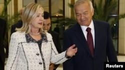 Дар акс: Ҳилларӣ Клинтон, вазири умури хориҷии Амрико бо Ислом Каримов, раисиҷумҳури Узбакистон
