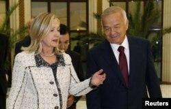 Дар акс: Ҳилларӣ Клинтон, вазири умури хориҷии Амрико ҳамроҳ бо Ислом Каримов, раисиҷумҳури Узбакистон