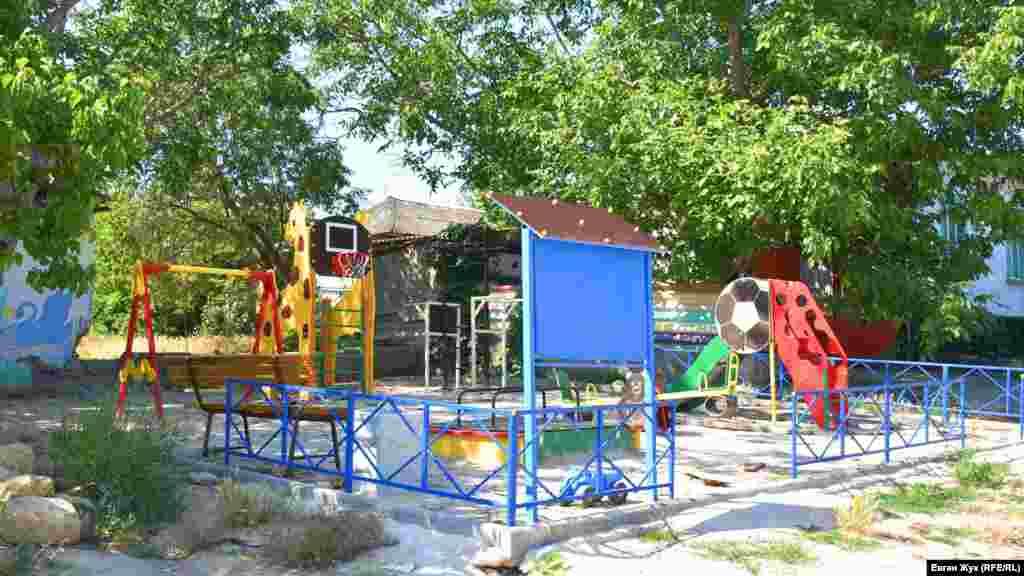 В центре села – детская площадка