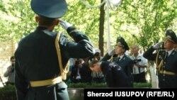 Бан Ки Мун Тошкентга келиш олдидан 11 июнь куни Ўшда 2010 йил қирғинида ҳалок бўлганлар хотирасини ёдга олди.