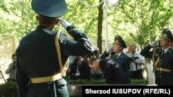 БҰҰ бас хатшысы Пан Ги Мун (ортада) Ош оқиғасы құрбандарын еске алып тұр. Қырғызстан, 11 маусым 2015 жыл.