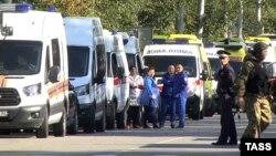 Машины «скорой помощи» возле Керченского политехнического техникума. 17 октября 2018 года
