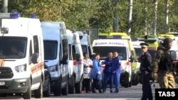 Автомобили «скорой помощи» возле Керченского колледжа в день трагедии. 17 октября 2018 года